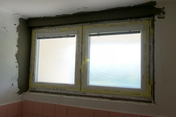 Okno zamáznuté lepidlem